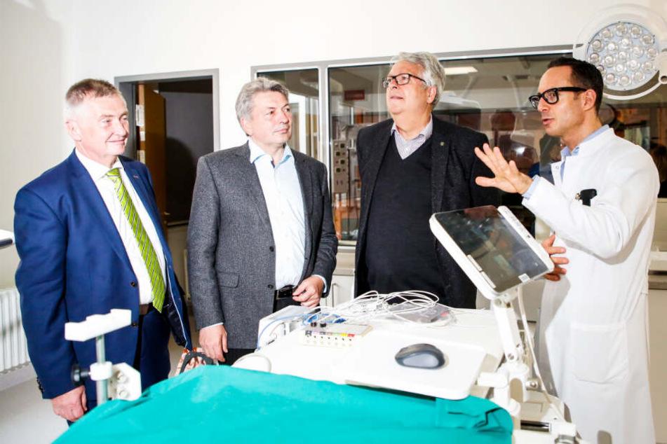 Chefarzt Dr. Markus Schwerfer (r.) erklärt die sichtbaren und unsichtbaren Neuerungen.