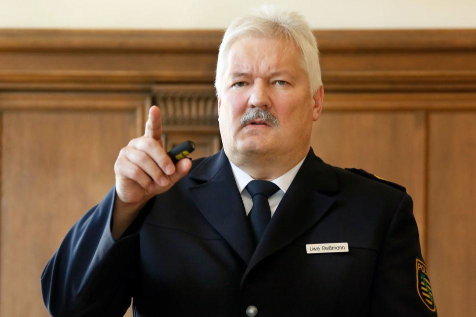 Fordert nach der Attacke eines Syrers (17) auf einen Wachmann (siehe Ausriss) mehr dezentrale Unterbringung von Flüchtlingen in Wohnungen: Polizeipräsident Uwe Reißmann (60).