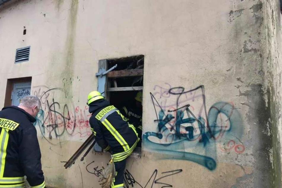 Um den Teenager zu befreien, musste die Feuerwehr das Fenster aufbrechen.
