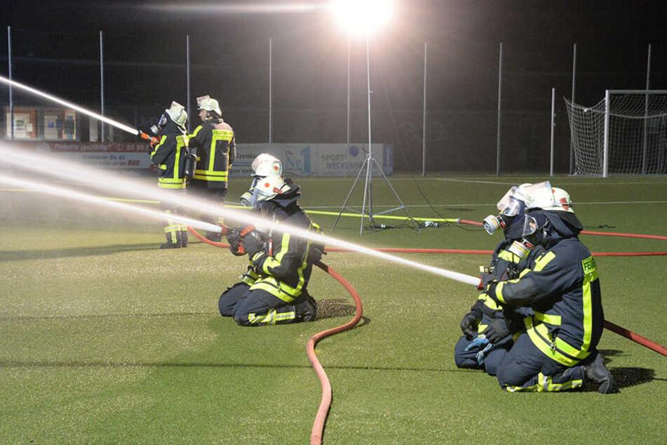 Auch vom Rasen aus musste die Feuerwehr gegen die Flammen kämpfen.