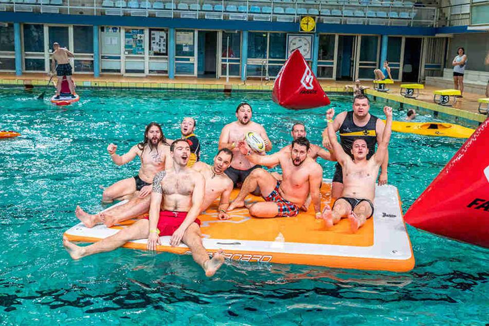 """Der Verein """"Rugby Cricket Dresden"""" planschte im Becken und gewann auch beim Drachenboot-Rennen."""