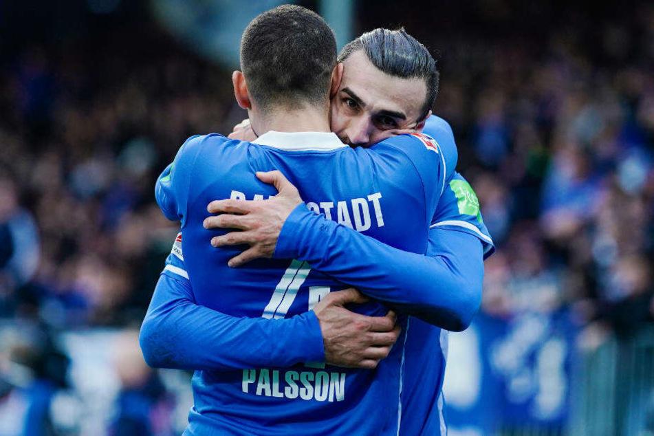 Torschütze Serdar Dursun freut sich mit Vorlagengeber Victor Pálsson über das 1:0.