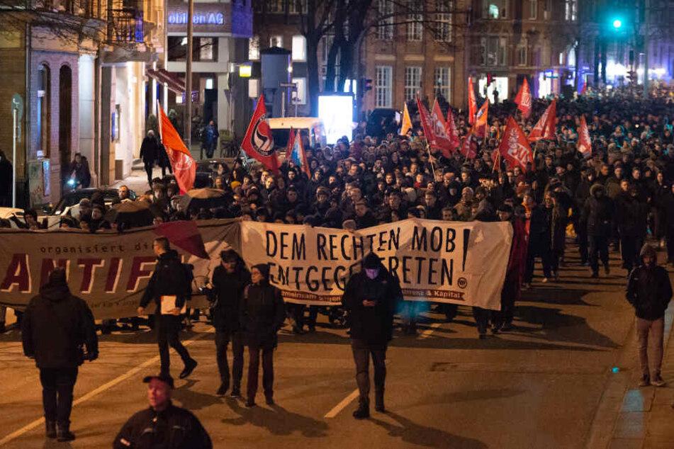 Rund 1500 Menschen demonstrierten am Mittwoch gegen FDP, CDU und AfD in Hamburg.