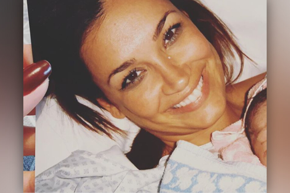 Jana Ina Zarrella (43) hat ein Foto von 2008 bei Instagram geteilt. Darauf hält sie ihren frisch geborenen Sohn im Arm.