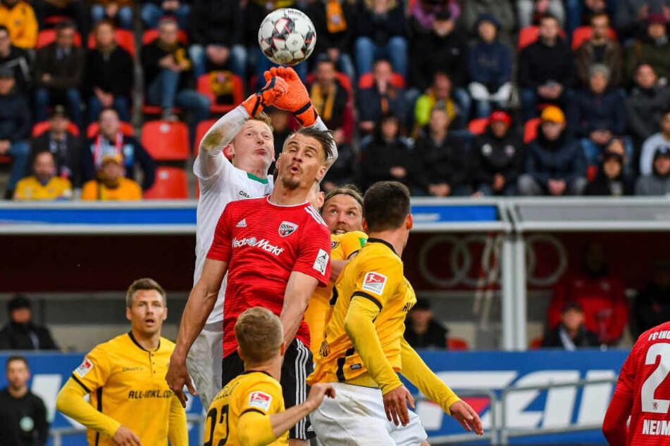 Stefan Kutschke im Luftduell mit Dynamos-Keeper Markus Schubert. In Ingolstadt konnte er nie an seine Dresdner Zeit anknüpfen.