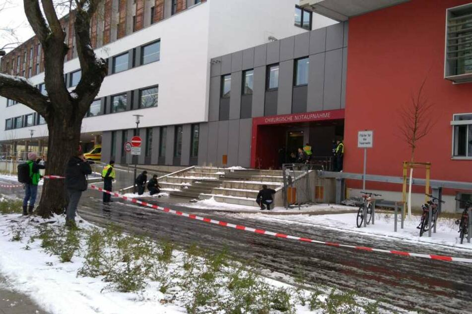 Am Eingang des neuen chirurgischen Zentrums an der Uniklinik wird der Ernstfall geprobt.