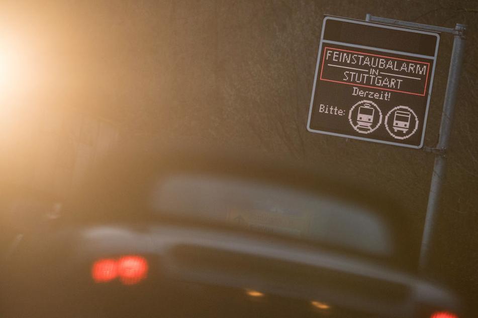 Ein Auto fährt während des ersten Feinstaubalarms 2018 unter einem Schild vorbei, das auf den Feinstaubalarm hinweist. (Archivbild)