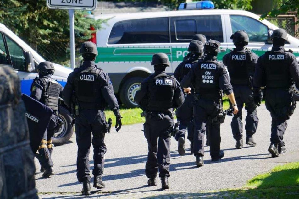 Mehrere Einsatzkräfte durchsuchen das Gebiet.