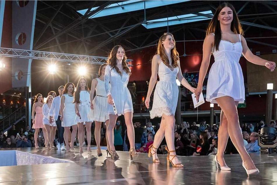 Die Teilnehmer absolvierten in der Chemnitzer Galerie Roter Turm zwei Catwalks. Dabei trugen sie Abendmode und einen eleganten Sommerlook.