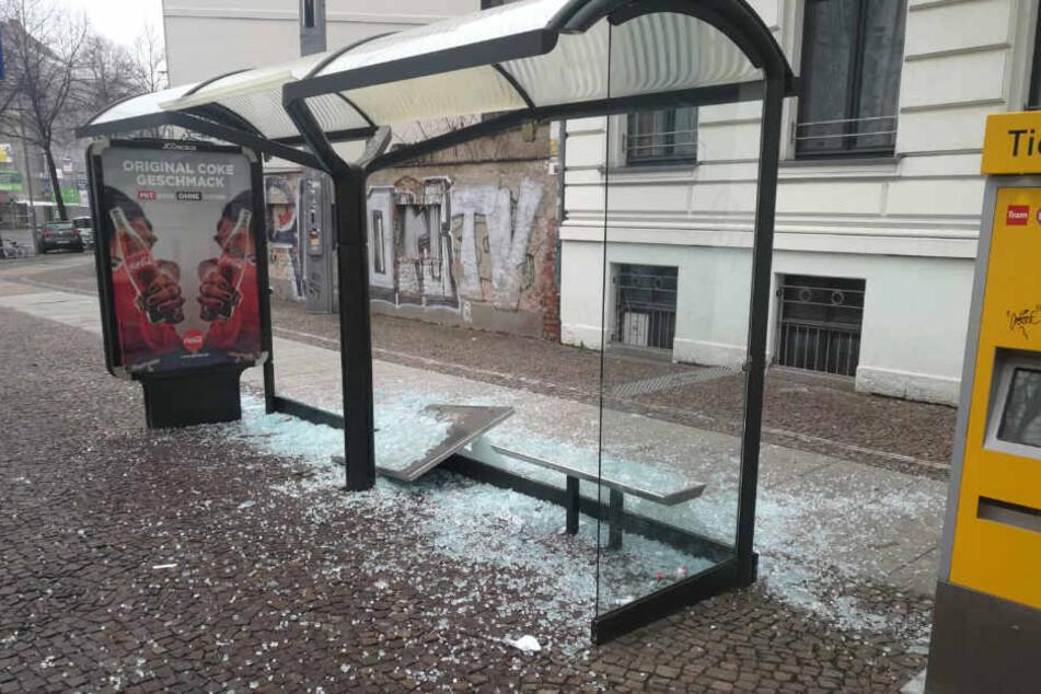Erst die Straßenbahn, dann die Haltestelle: In ihrem Übermut zerstörte eine Gruppe Jugendlicher in der Nacht mehrere Scheiben.