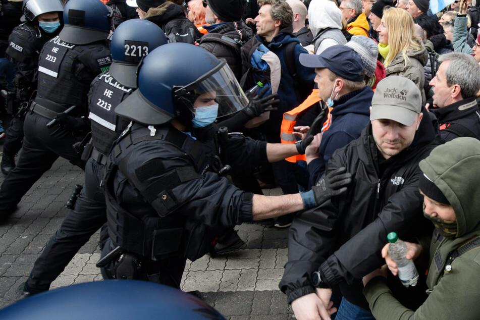 """Bei einer """"Querdenker""""-Demonstration im März in Kassel kam es zu Ausschreitungen."""