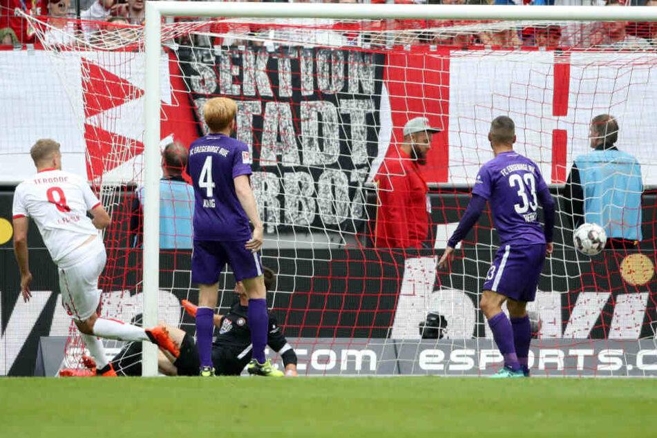Im Hinspiel erzielte Simon Terodde (l.) alle drei Kölner Treffer, hier den zum vorentscheidenden 2:1 in der 69. Minute.