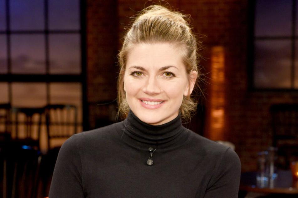 Nina Bott moderiert die Sendung Prominent! bei VOX.
