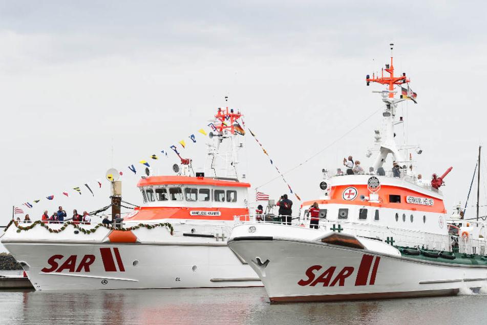 Zwei Seenotrettungskreuzer liegen im Hafen vor Anker. (Symbolbilder)