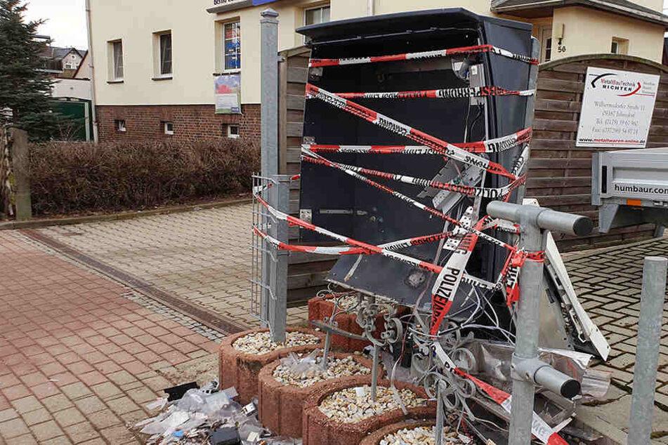 Trümmerteile meterweit verteilt: Automat bei Explosion zerstört
