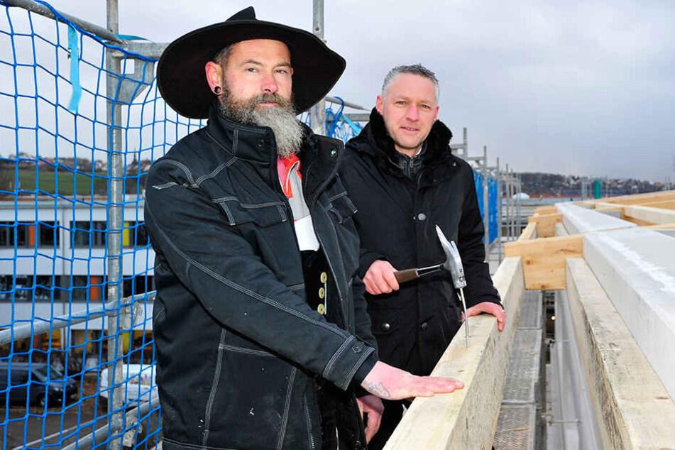 Zimmermann René Philipp (48) und Carsten Michaelis (45), Beigeordneter des Landkreises Zwickau, hämmerten nach dem Richtspruch den letzten Nagel in die Balken.