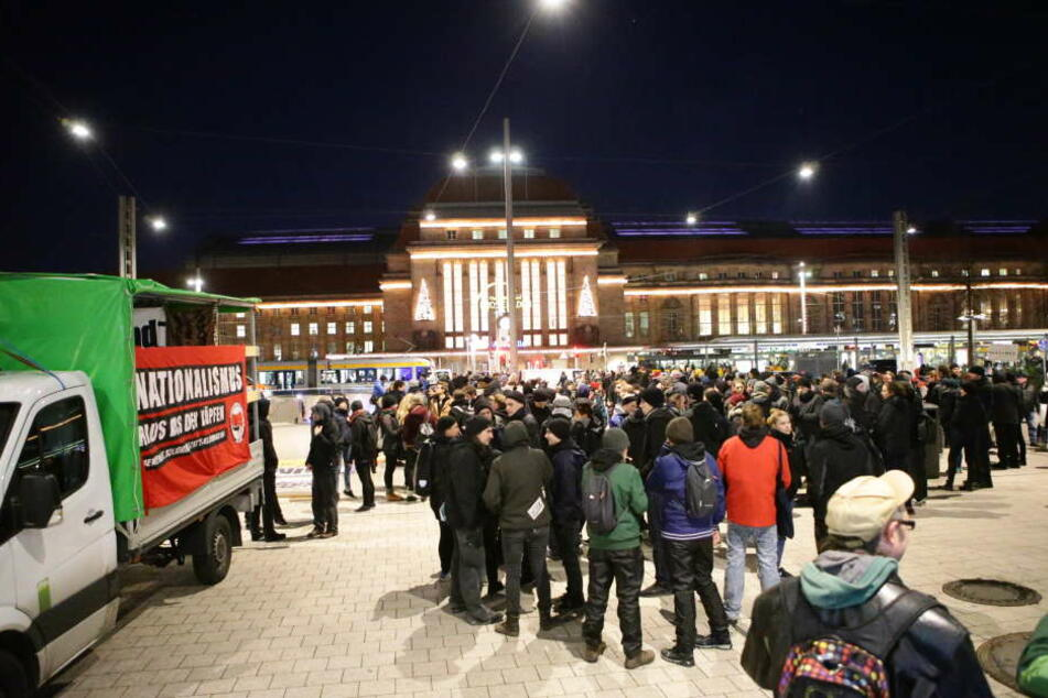 Etwa 500 Menschen demonstrierten in der Innenstadt friedlich gegen die deutsche Sicherheitspolitik.