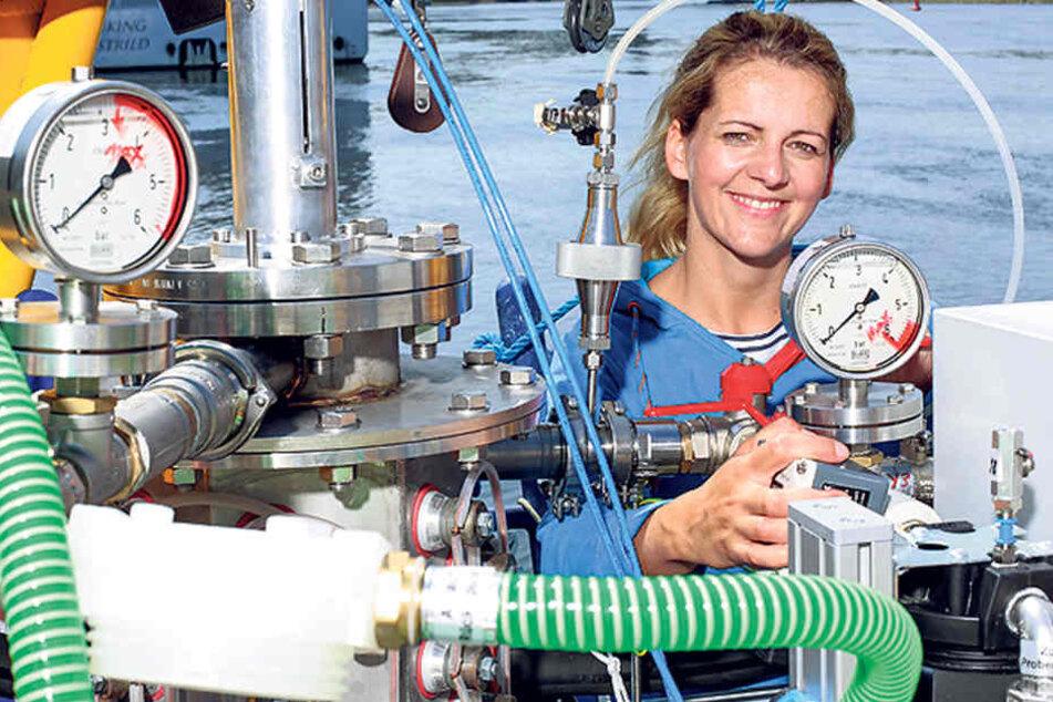 """Forscherin Katrin Heratsch (38) zeigt an Bord der """"Aldebaran"""" ein Gerät zum Aufspüren von Mikroplastikteilchen."""