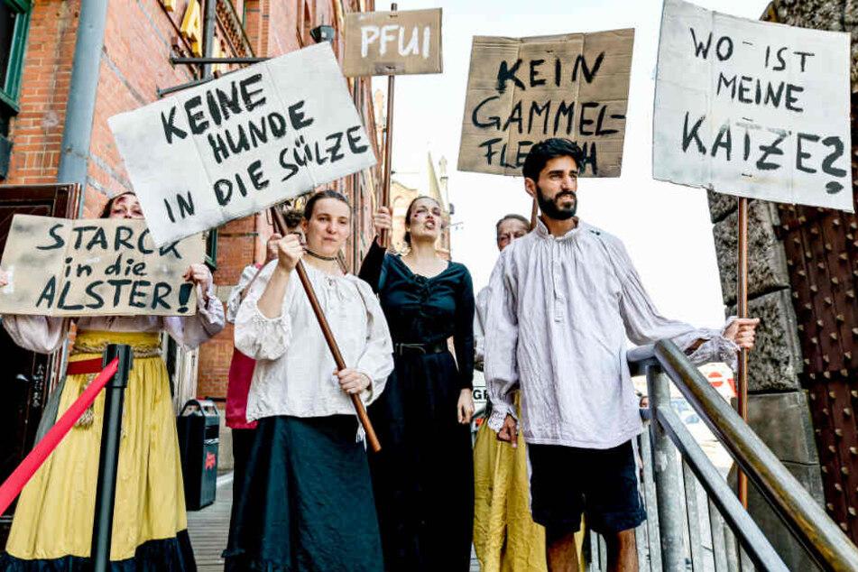 Darsteller inszenieren vor dem Hamburger Dungeon eine Demonstration.