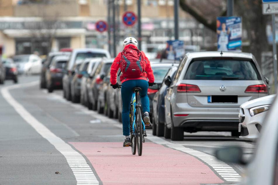 An der Striesener Straße ist der Schutzstreifen für Radler nicht ausreichend breit.