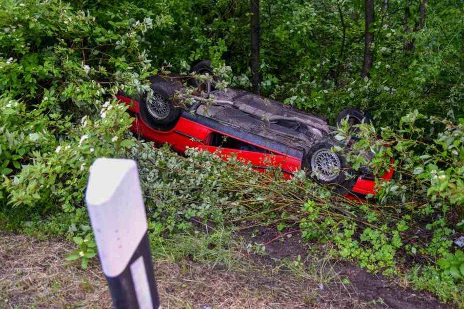 Der Wagen überschlug sich und blieb im nassen Grün liegen.