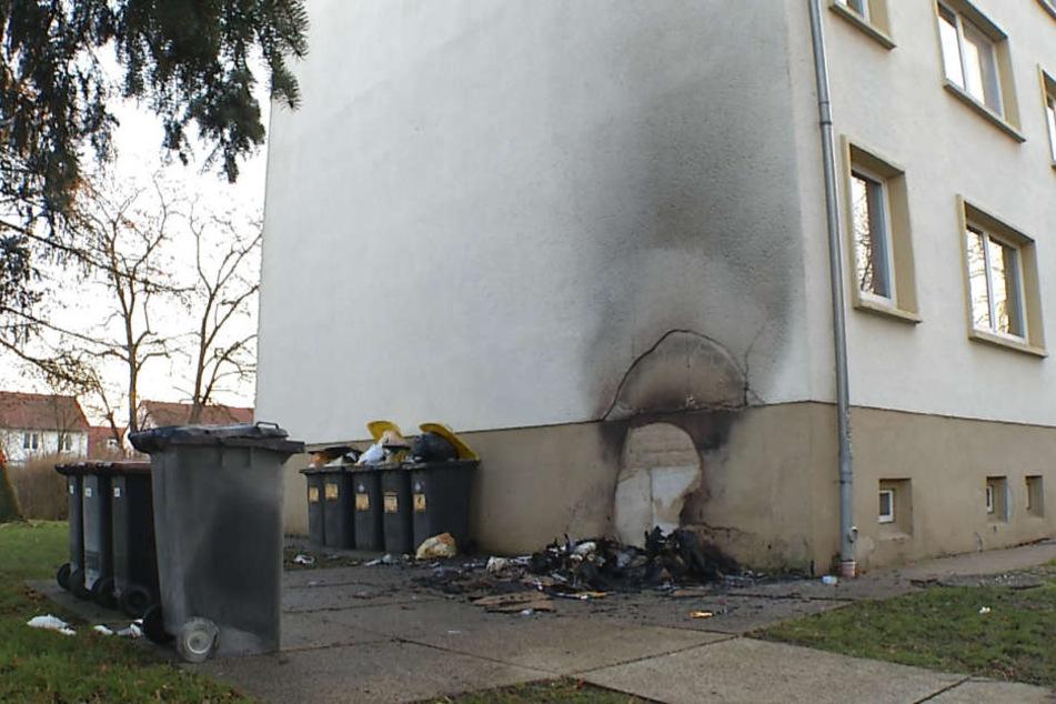 Eine Hausfassade wurde ebenfalls in Mitleidenschaft gezogen.