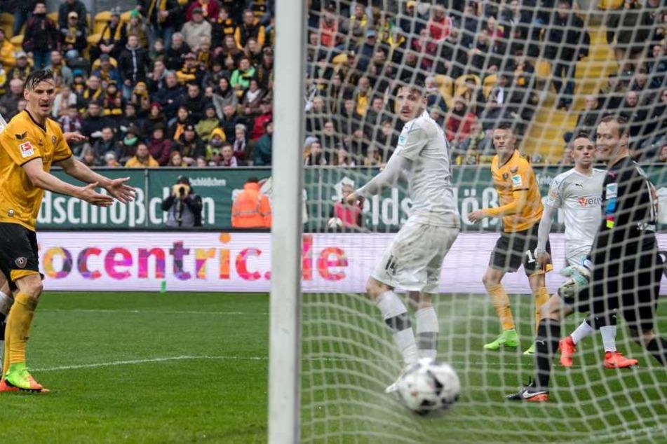 Von Ex-Dynamo Kister sprang der Ball  tatsächlich zum erlösenden 2:0 ins Tor.