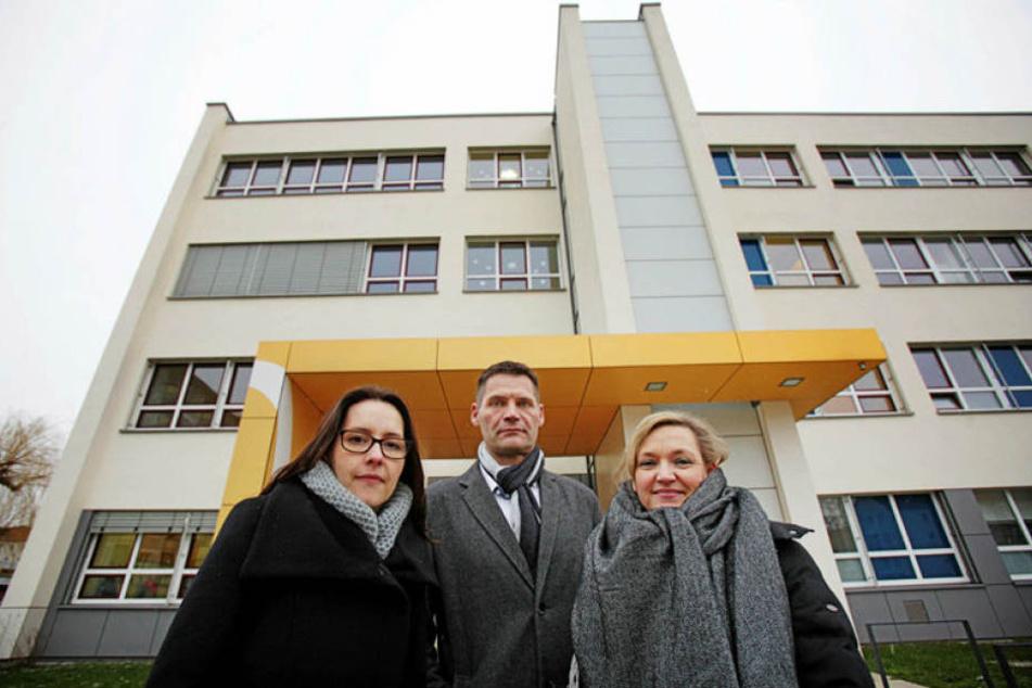 Stadträtin Heike Ahnert (37, CDU, v.l.) sowie die Elternsprecher Conny Jacob (43) und Candy Grunert (39) sorgen sich um die Zukunft von Dresdens einzigster Grundschule mit Sport-Profil.