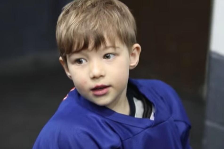 Mason (4) wird beim Eishockey-Training mit einem Mikro ausgestattet. Was er von sich gibt: einfach nur zum Lachen!
