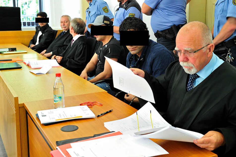 Die Angeklagten Soltan A. (21, v.l.), Reza K. (25) und Pesarlai A. (27) müssen sich wegen schweren Raubs vorm Landgericht Chemnitz verantworten.