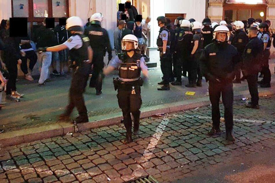 Fußball-Hooligans verletzen Polizisten in Magdeburg schwer