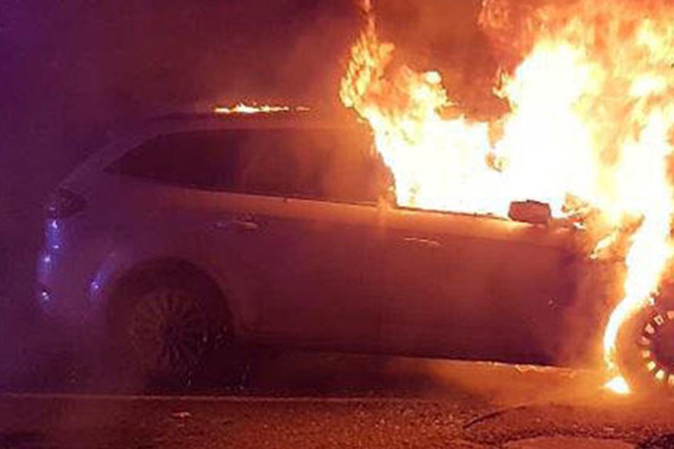 Das Auto ging komplett in Flammen auf. (Symbolbild)