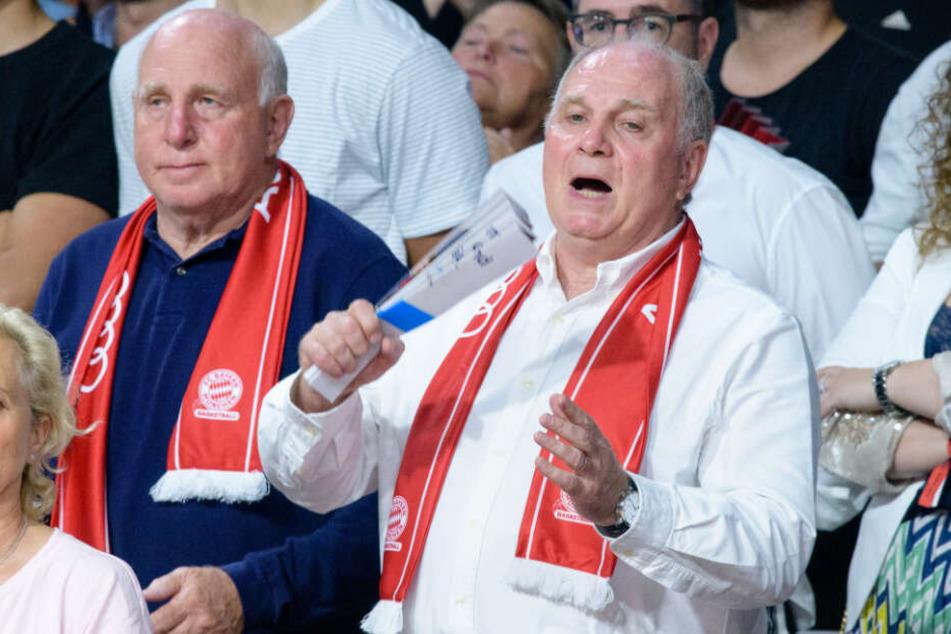 Uli Hoeneß zusammen mit seinem Bruder Dieter bei einem Spiel FC Bayern Basketballer.