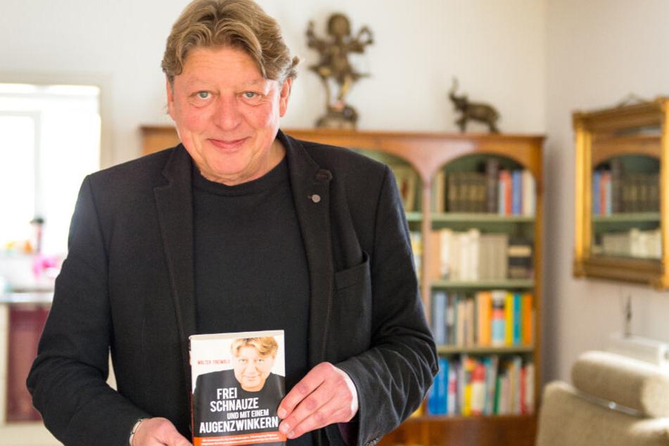 """Walter Freiwald mit seiner 2015 erschienen Autobiografie """"Frei Schnauze und mit einem Augenzwinkern."""""""
