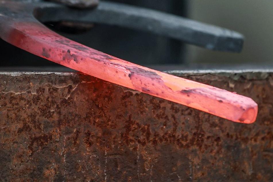 Attacke mit glühender Eisenzange (Symbolbild).