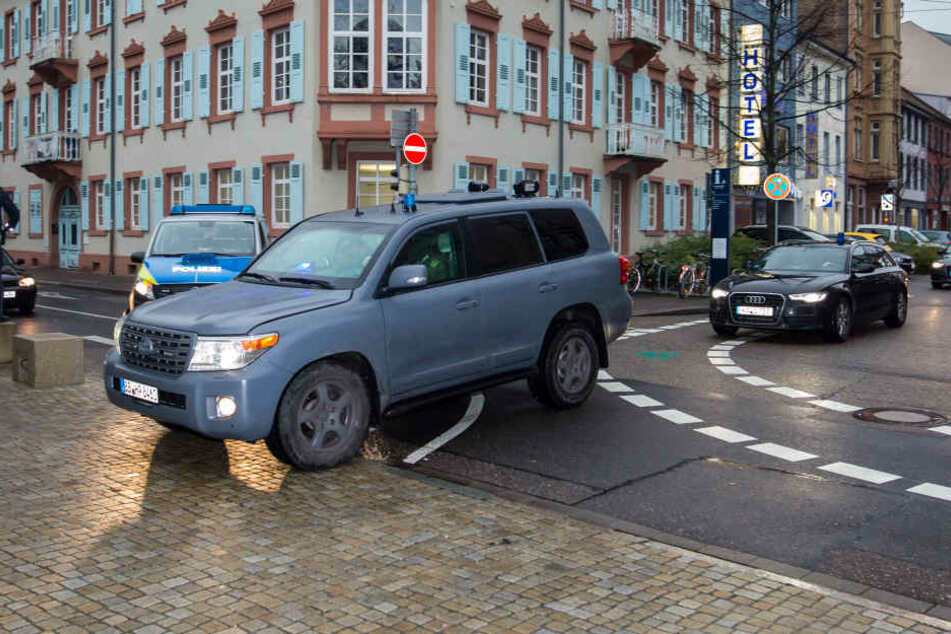 Mit einem speziellen Fahrzeug der Polizei (Jeep) wird am 21.12.2017 ein Verdächtiger auf das Gelände des Bundesgerichtshofs in Karlsruhe  gefahren.