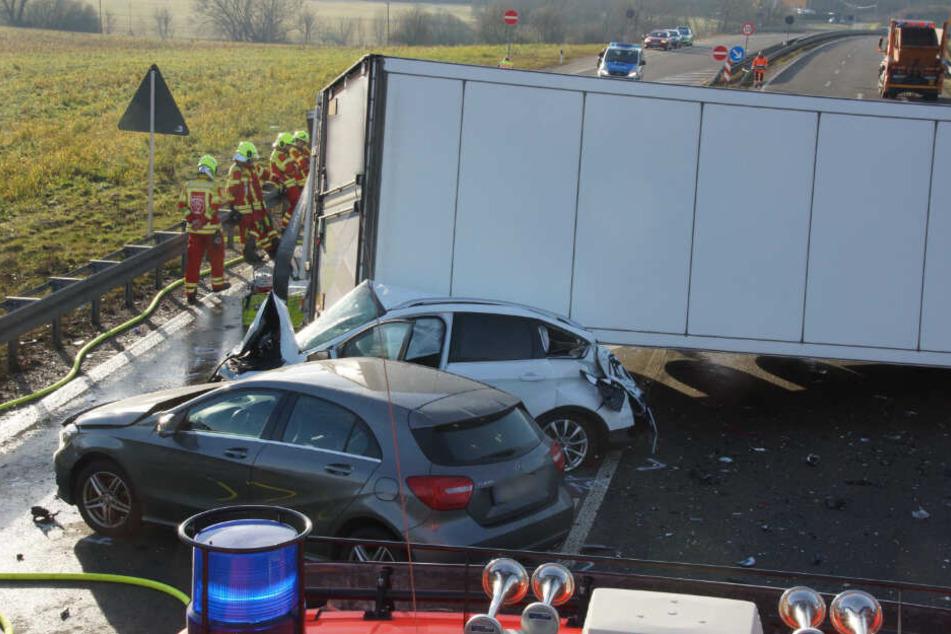 Auch zwei Autos krachten noch in die Unfallstelle.
