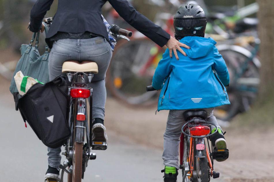 Auf dem Weg zum Kindergarten wird ein Drei-Jähriger von einem Auto angefahren. Der Helm rettete ihm das Leben. (Symbolbild)