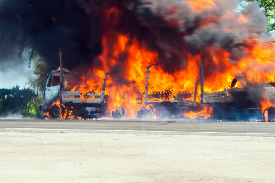 Auch die Fahrbahn wurde bei dem Feuer arg in Mitleidenschaft gezogen. (Symbolbild)