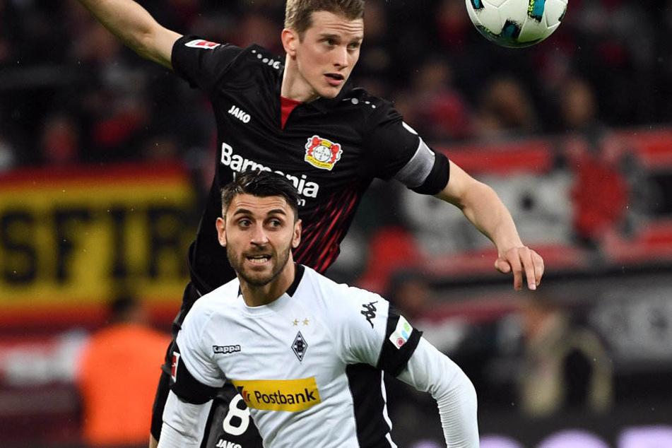 Lars Bender und Vincenzo Grifo im Kampf um den Ball. Greift Hertha bei dem Gladbacher zu?