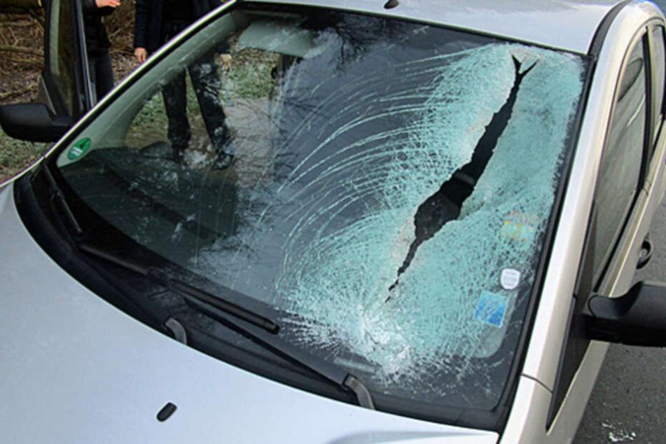 Während der Fahrt! Eisbrocken knallt auf Auto und schlitzt Windschutzscheibe auf