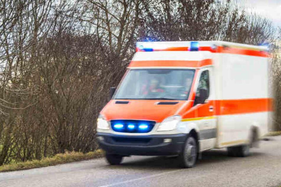 Die Einsatzkräfte brachten den 89-Jährigen ins Krankenhaus, doch er erlag seinen Verletzungen. (Symbolbild)
