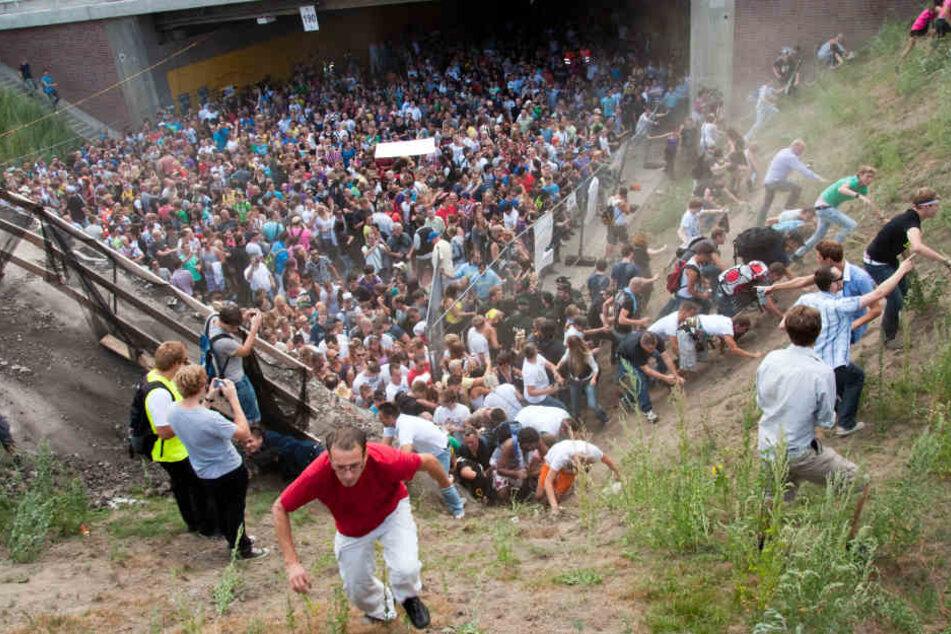 Tausende Raver drängen sich auf der Loveparade in und vor dem Tunnel in Duisburg, in dem sich eine Massenpanik ereignet hatte.