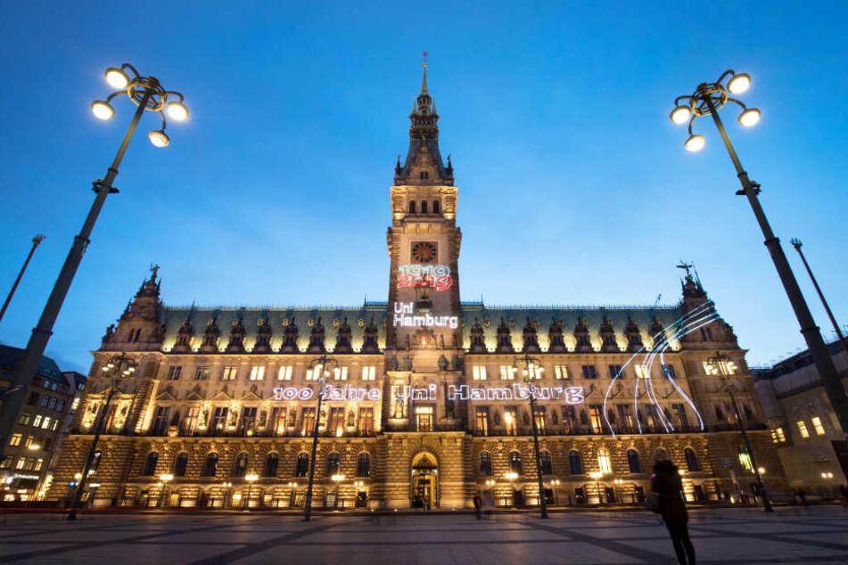 """Das Rathaus Hamburg ist anlässlich des Jubiläums mit dem Lichter-Schriftzug """"Von allen für alle - 100 Jahre Uni Hamburg"""" geschmückt."""