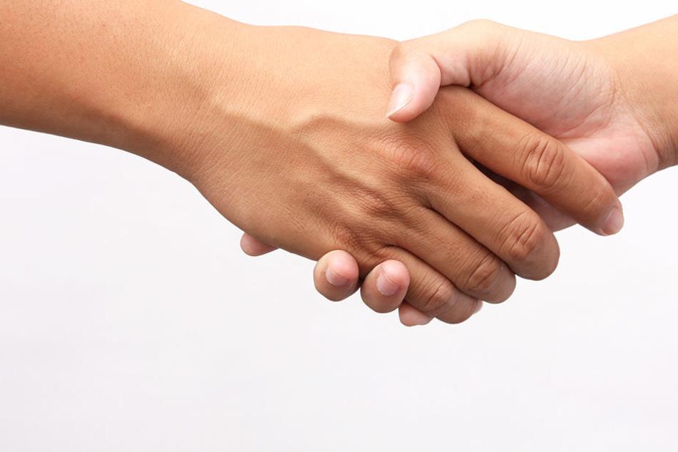 Beim Einbürgerungsgespräch wurde einem muslimischen Pärchen die Staatsbürgerschaft verweigert, weil sie den Handschlag verweigerten (Symbolbild).