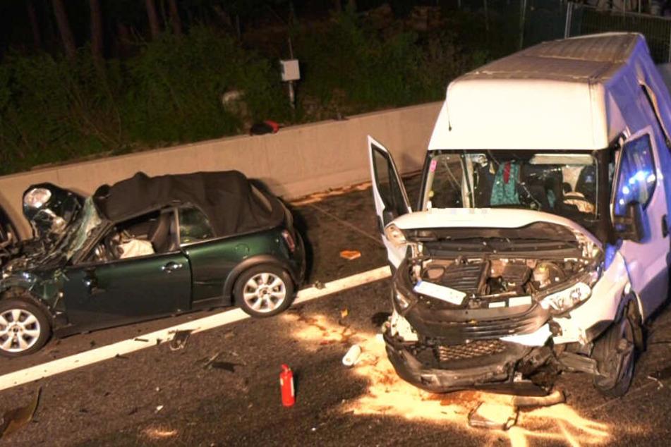 Das Foto zeigt zwei der Auto-Wracks auf der A5 bei Langen.
