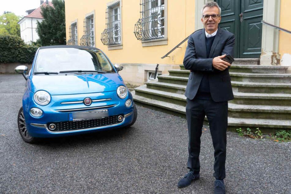 Uwe Baltner steht vor seinem Auto in Ludwigsburg.