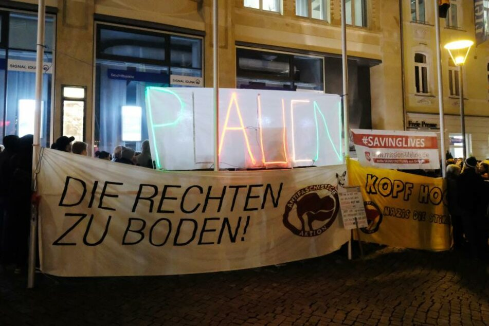 """Teilnehmer einer Demonstration gegen einen Aufmarsch der rechten Partei """"Der Dritte Weg"""" versammeln sich mit einem Transparent """"Die Rechten zu Boden"""" in der Innenstadt."""