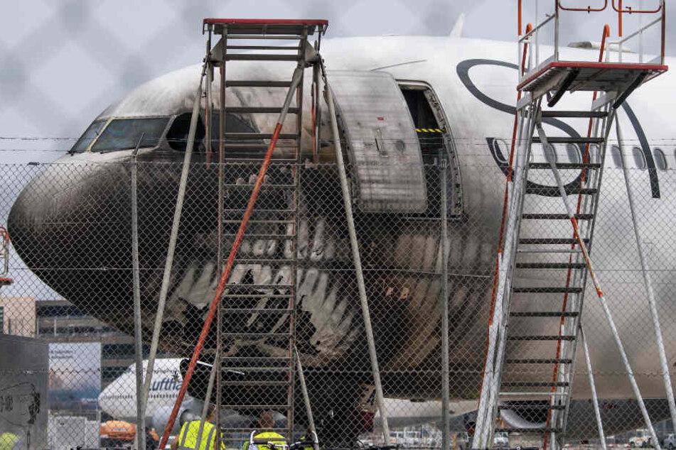 Der Cockpit-Bereich einer Passagiermaschine wurde durch die Flammen beschädigt.