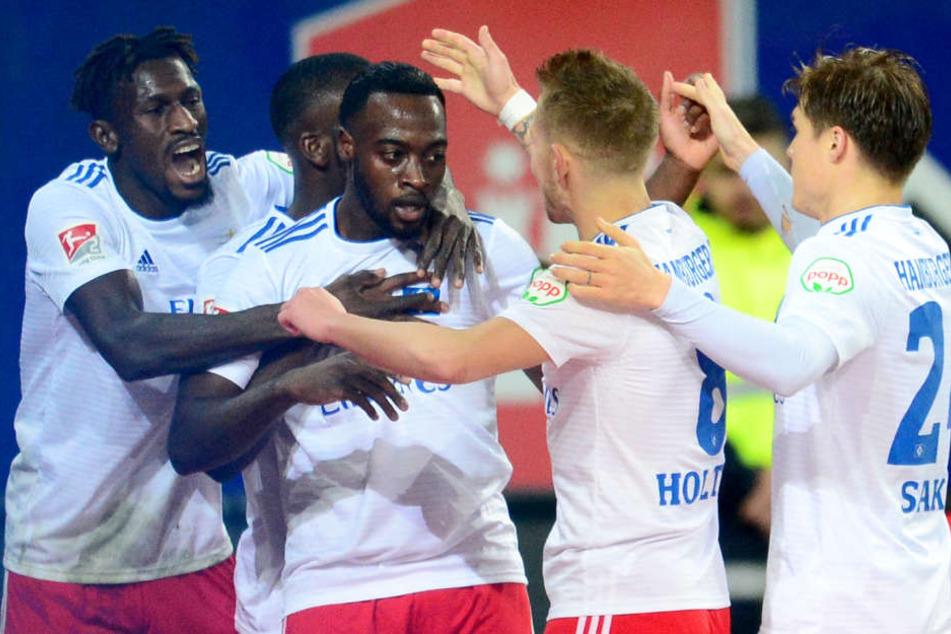 Am Ende freute sich der HSV nicht nur über das Tor von Khaled Narey (3. von links), sondern auch über den Sieg.